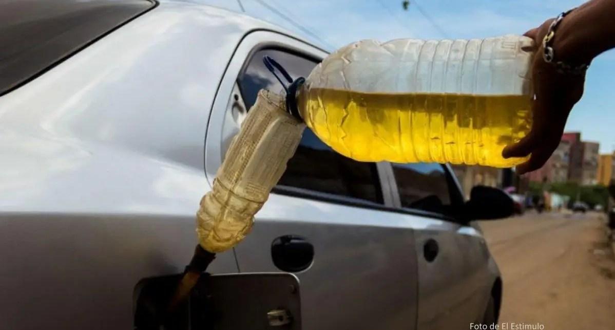 Los venezolanos que diariamente tienen que ir a trabajar, se las tienen que ingeniar para poder surtir de gasolina a sus vehículos