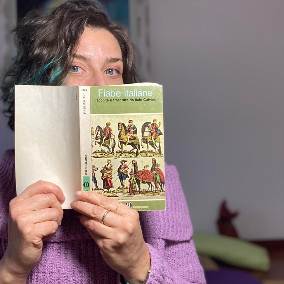 il libro di fiabe italiane di calvino, tenuto in mano da me