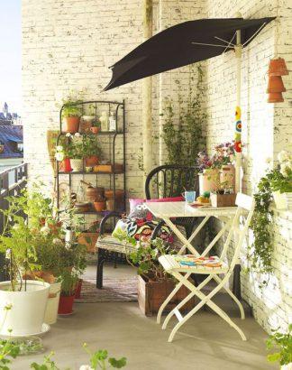 petit balcon ou une petite terrasse