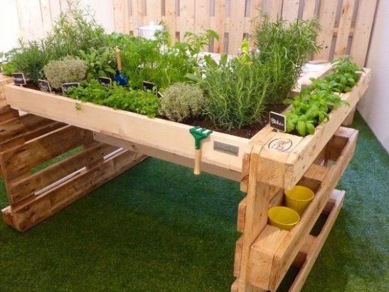 son jardin avec des objets