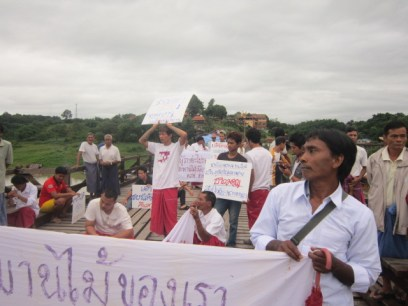 Locals protesting at the Mon Wooden Bridge (Photo: IMNA)