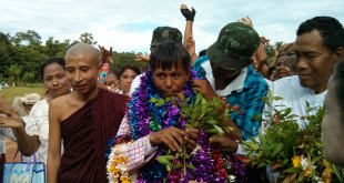 Parlain Region residents welcoming Dr. Aung Naing Oo (Photo: IMNA)