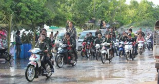 Water players on motorbikes traveling around Moulmein, the capital of Mon State (Photo: MNA)