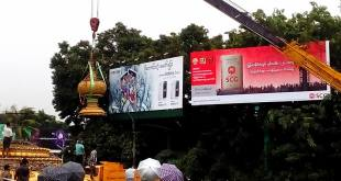 Crane hoisting the alms bowl statue (Photo: Facebook)
