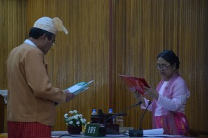 Mon Hluttaw Speaker Daw Tin Tin Ei swore in the new Chief Minister of Mon State (Photo: MNA)