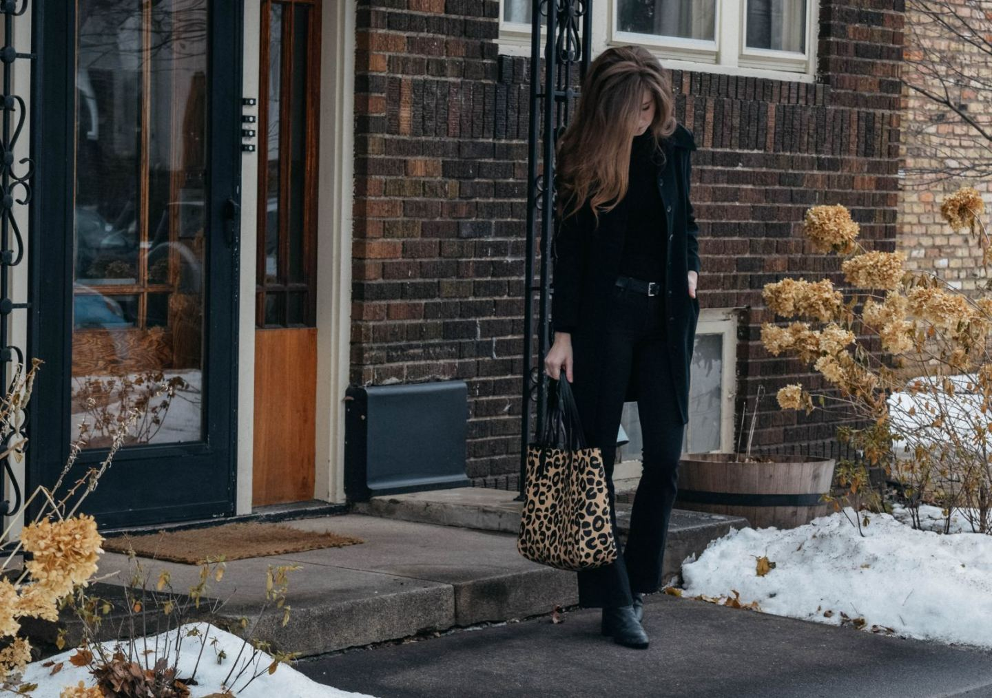 How to style a leopard tote bag