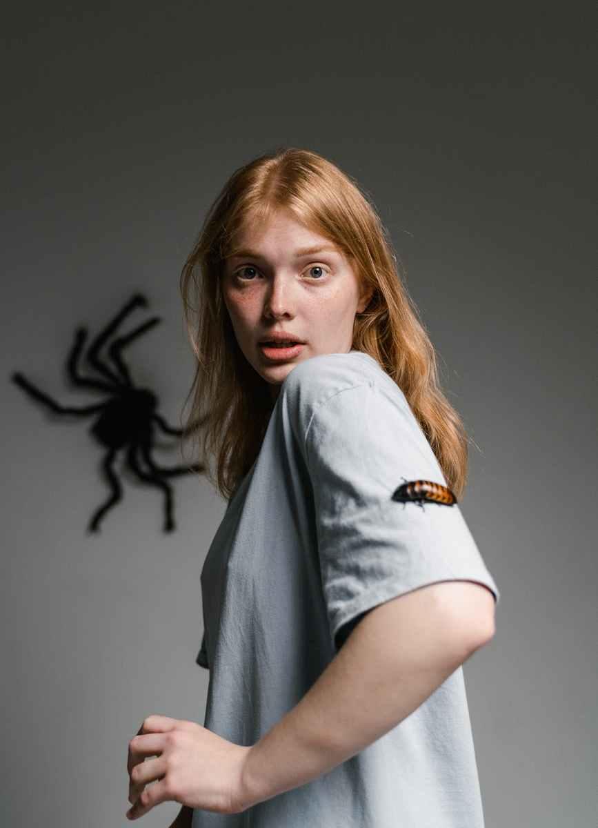 a fearful woman having katsaridaphobia