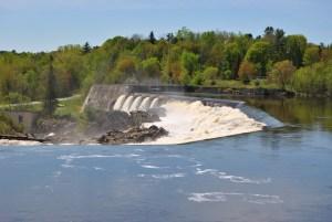 Le bois ne flotte plus sur la Lièvre, mais elle est encore exploitée pour l'hydro-électricité.