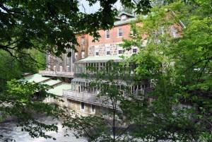 Un hôtel et spa a redonné vie à l'ancien moulin de Wakefield.