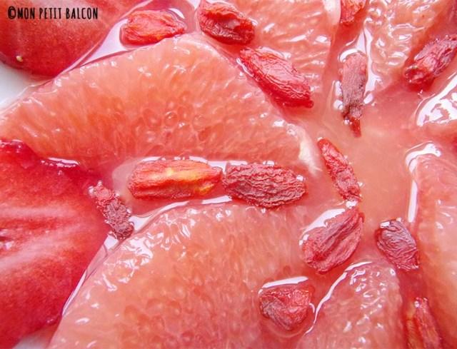 salade de pamplemousse fraise fleurs et menthe baie de goji
