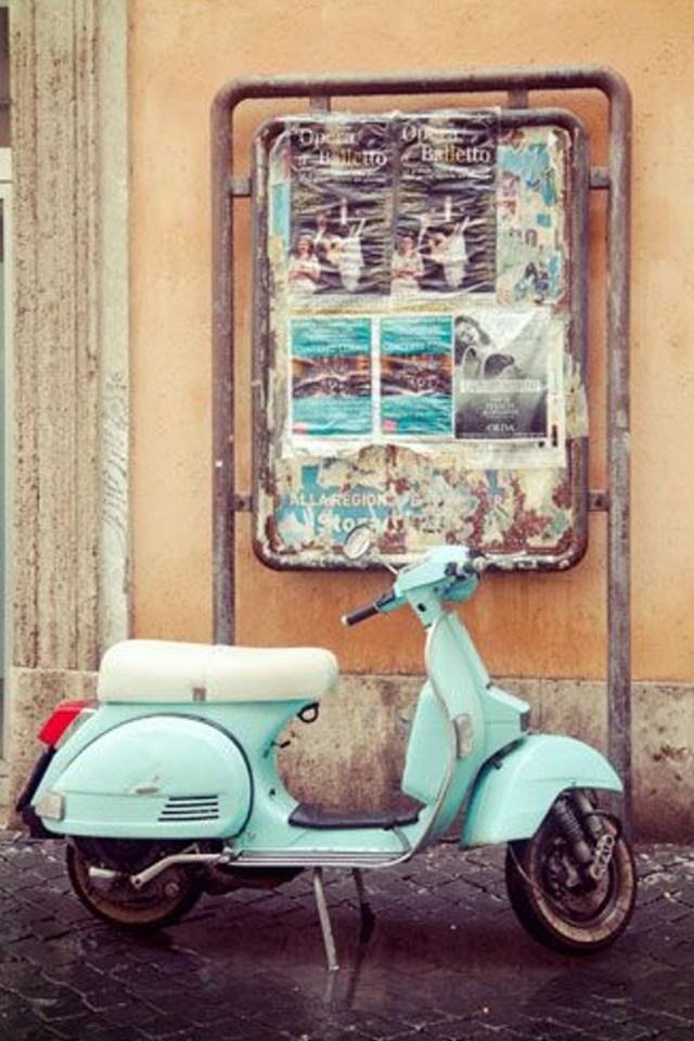 voyage botanique en Italie sur une Vespa dans les rues de Rome