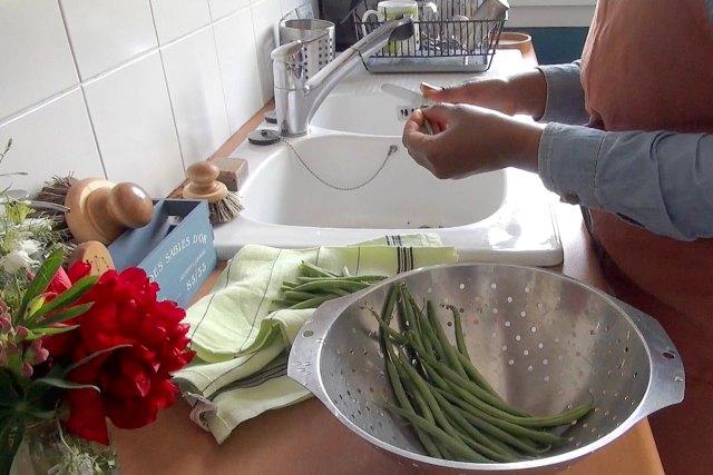 torchon et tablier en lin, brosse à vaiselle