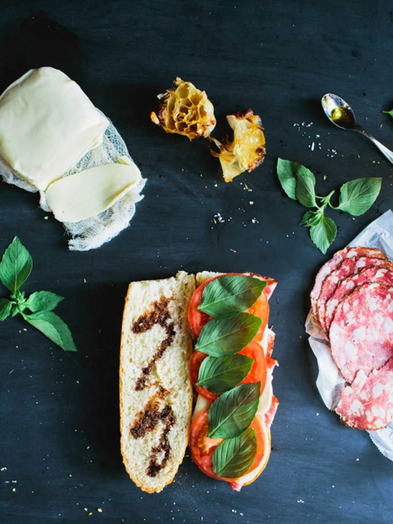 sandwich italien, tomate, ail, basilic et mozzarella