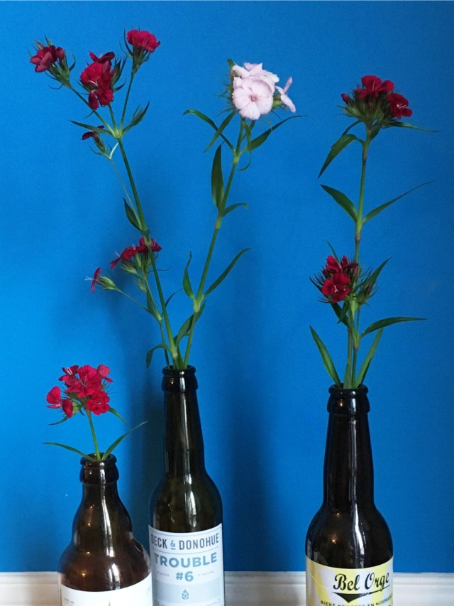 DIY : fleur dans une bouteille de bière pour la décoration d'un mariage fleuri champêtre