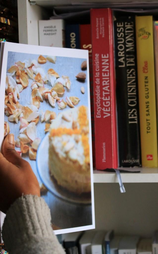 rangement de l'album photo dans la bibliothèque à coté des livres de cuisine végétarienne et sans gluten