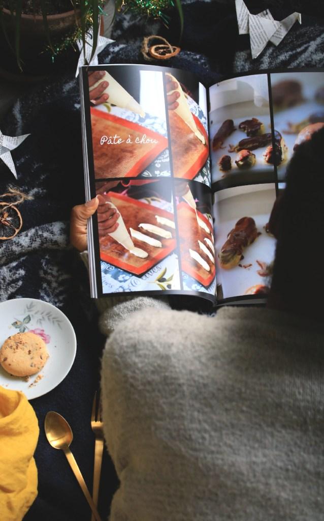 livre photo ouvert et décoration de noel réparties autour, pas à pas en image pour réaliser une pâte à chou sans gluten