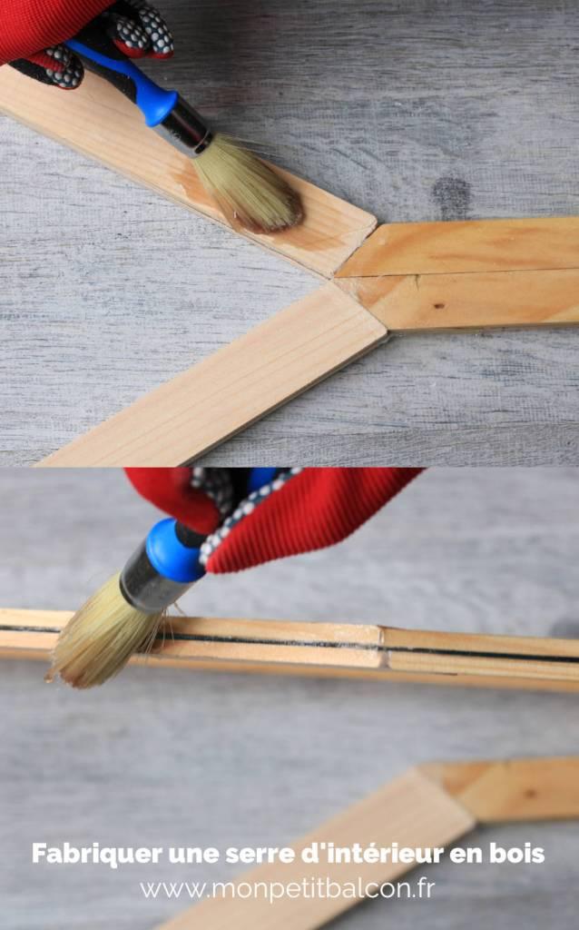 appliquer vernis marin sur les tasseaux en bois à l'aide d'un pinceau