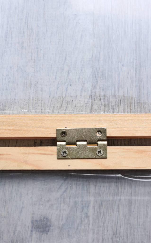 fixation petites charnières en laiton sur tasseau en bois