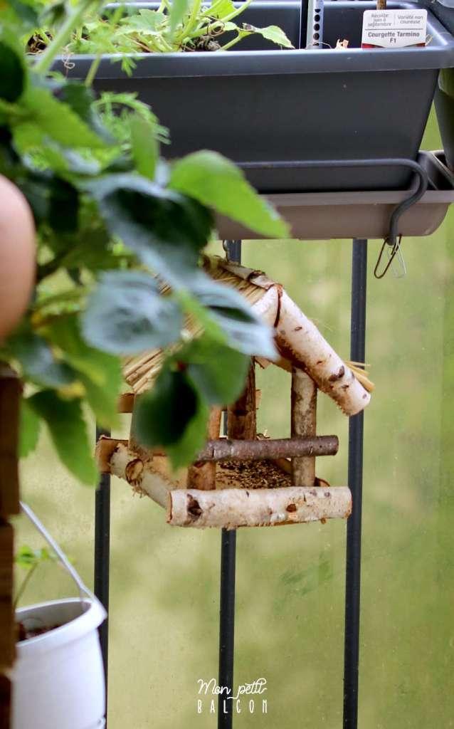 maison à oiseaux en bois ouverte, accroché sur le balcon pour les mésanges