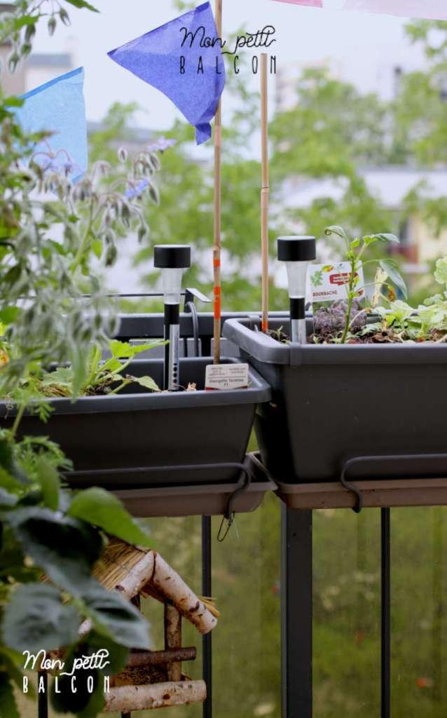 petit spot LED planté dans une jardinière pour décorer le balcon
