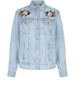 veste-en-denim-bleu-avec-broderies-florales