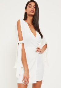 robe-portefeuille-blanche-ouverte-aux-manches