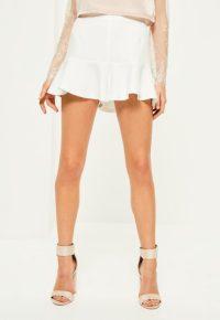 short-blanc-taille-haute--froufrous