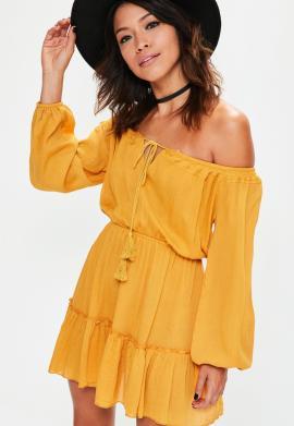 robe-jaune--col-bateau-et-bordure-volante