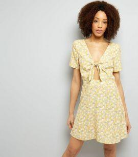 robe-patineuse-jaune-à-imprimé-petites-fleurs-et-nouée-à-l'avant