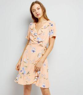 robe-portefeuille-rose-à-imprimé-floral-et-volants