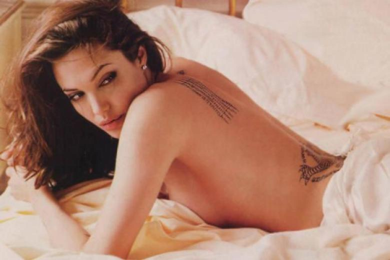 Angelina Jolie in posa a letto