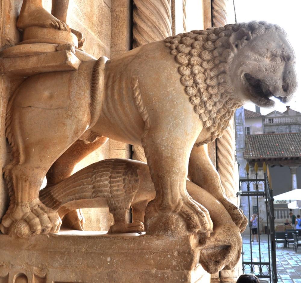columnsTrogir.lionRightLeftSide.smal.jpg