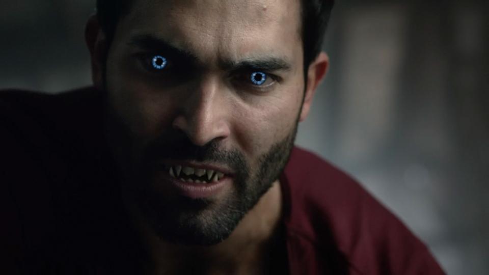 Tyler-Hoechlin-Derek-werewolf-blue-eyes-Teen-Wolf-Season-6-Episode-19-Broken-Glass.jpg