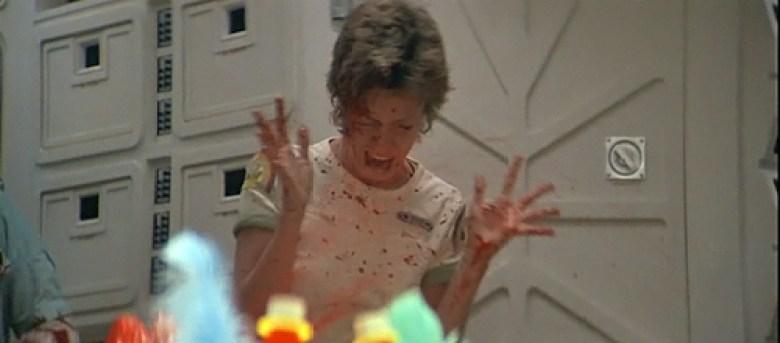 Lambert con schizzi di sangue in Alien