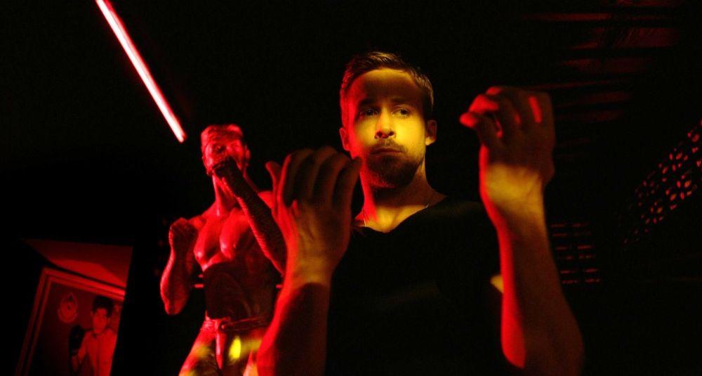 Ryan Gosling e statua in Solo Dio perdona