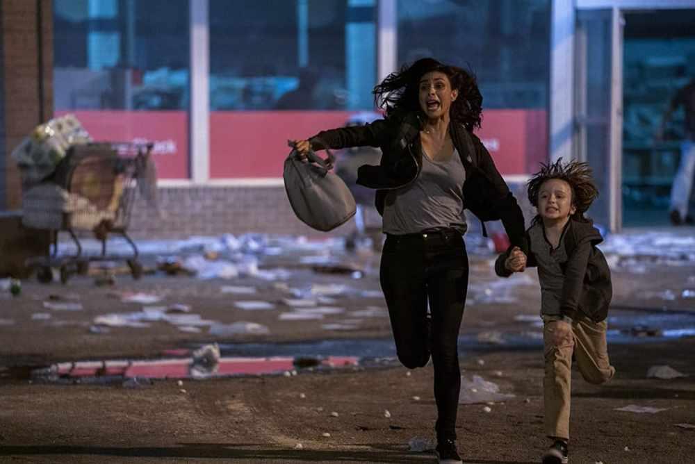 Greenland fuga Morena Baccarin col figlio