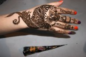 Aplicación terminada y cono de henna café
