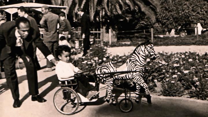 Frantz Fanon brincando com criança
