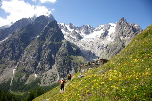 easy hike in italy rifugio bonatti courmayeur monte bianco alps