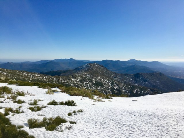 En el centro, el Pico Santuy (1927 m) visto desde los Canchos del Agua Fría.