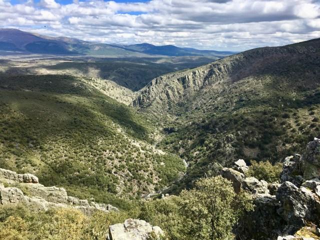 Vista del cañón hacia el Cuchillar del Asomante.