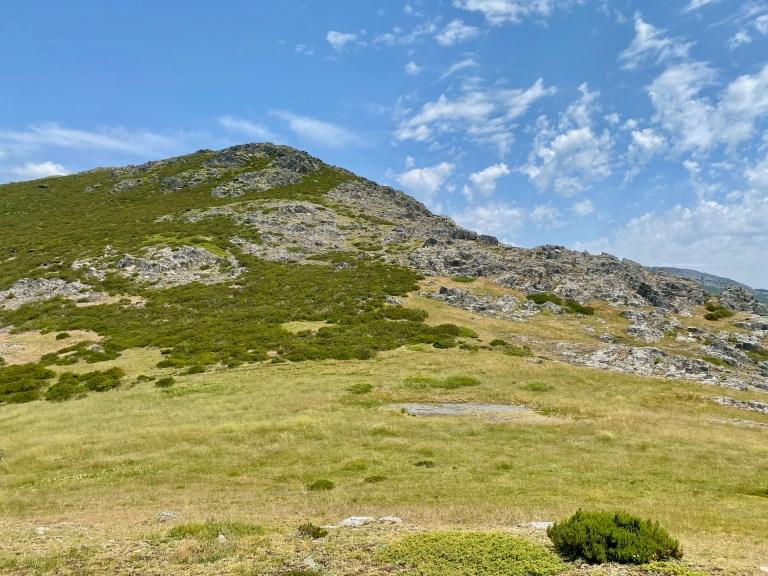 La Lagunilla, hoy seca, al pie del cerro que lleva su nombre.