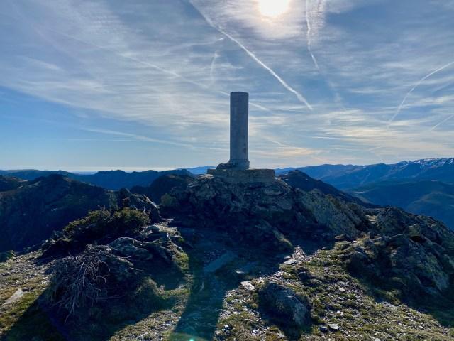 Vértice geodésico de La Buitrera (2045 m).