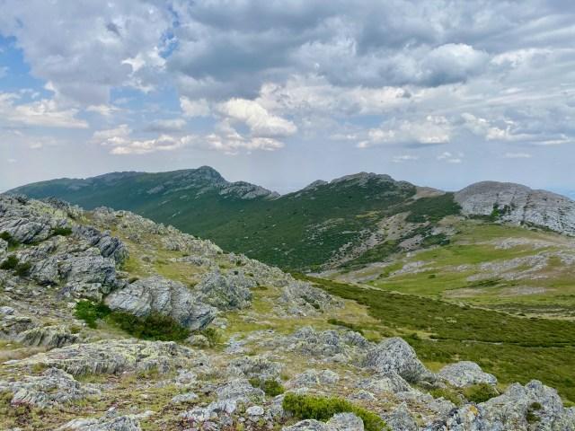 Al fondo, el Pico La Buitrera.
