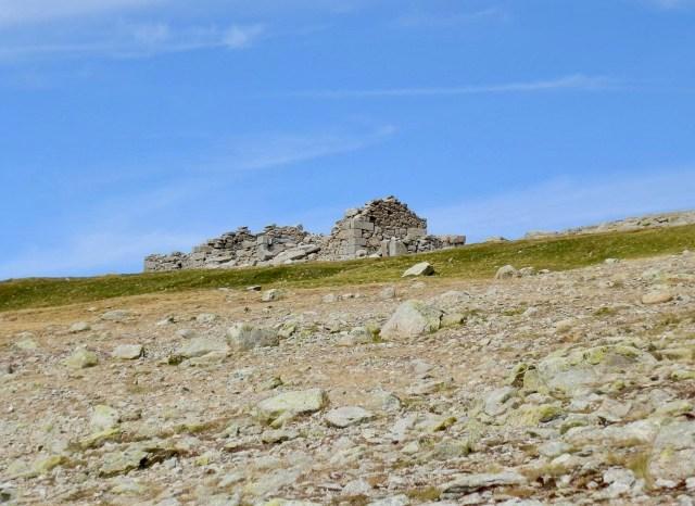 Arriba, las ruinas del Refugio Los Pelaos.
