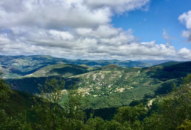 Al fondo, la carretera que sube al Alto do Couto.