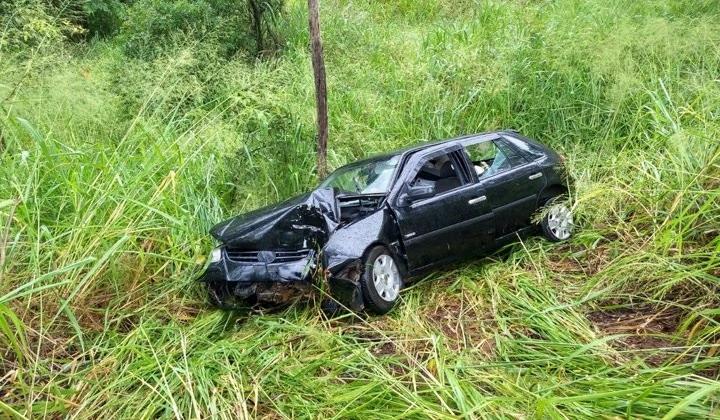 Veículo com placas de Vazante cai em ribanceira e deixa casal ferido na MGC-354