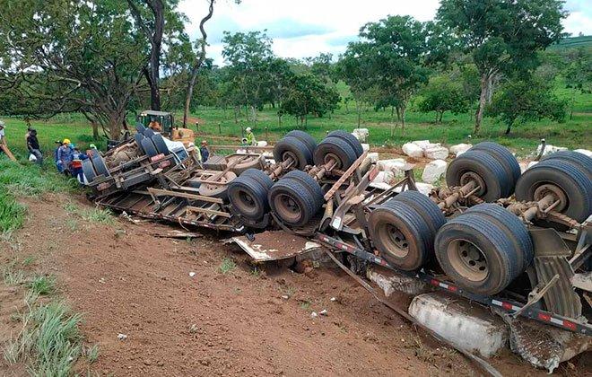 Motorista fica preso às ferragens após bitrem sair da pista e parar com as rodas para o alto na MGC354