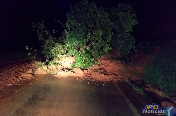 Deslizamento de terra interdita rodovia MG-235, em São Gotardo
