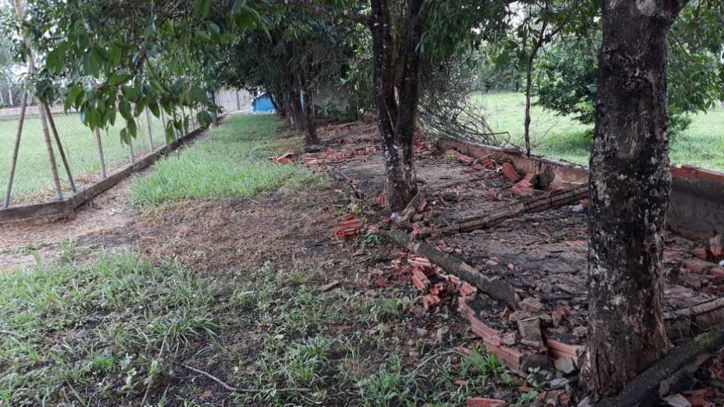 Parte do muro do Estádio de São Brás de Minas não suporta chuvas com vento e desaba